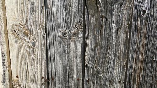 Fotografía  Deteriorated wooden door from an uninhabited village of Yesa in Navarre