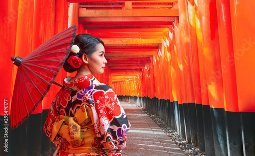Women in traditional japanese kimonos walking at Fushimi Inari Shrine in Kyoto, Tableau sur Toile