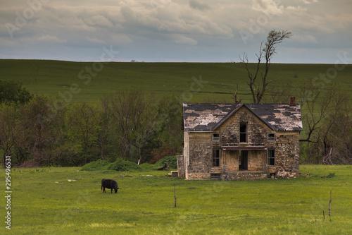 Fotografia  Old Rustic Farmhouse in the Flinthills of Kansas