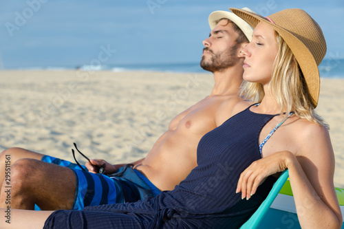 Cadres-photo bureau Ecole de Danse romantic young couple on the beach