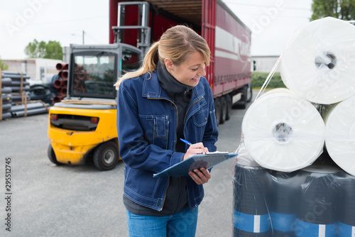 Foto industrial supplier clerk inspecting delivery product