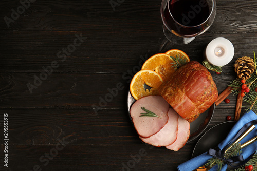 Pinturas sobre lienzo  Flat lay composition with delicious ham on black wooden table, space for text