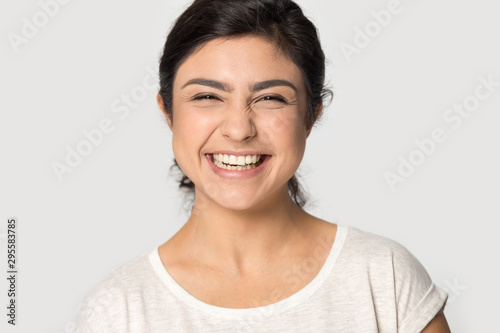 Poster Individuel Headshot portrait of excited indian girl posing in studio