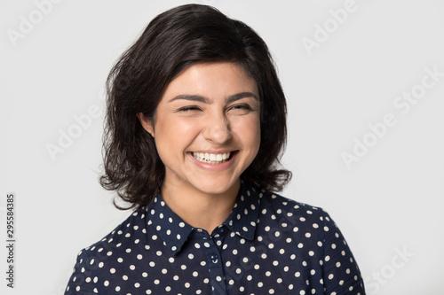 Fotomural  Happy indian girl posing in grey studio background