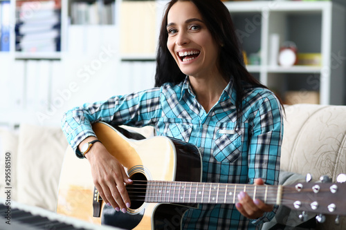 Photo Portrait of wonderful female studying new melody and playing in studio