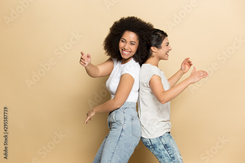 Fotografía  Overjoyed multiracial girlfriends have fun dancing in studio