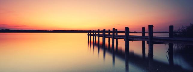 samotna kładka nad jeziorem