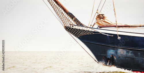 Photo Der Bug eines großen Segelschiffes