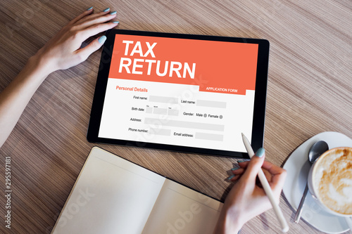 Fotografía  Online tax return application on screen