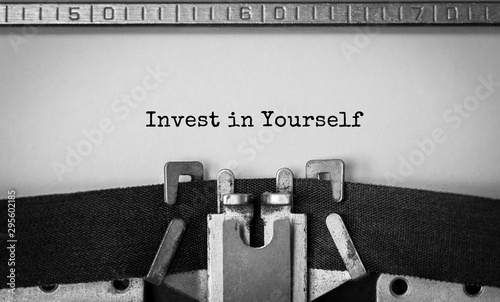 Fotografía  Text Invest in Yourself typed on retro typewriter