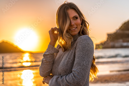 Fotografering Sexy look in a Lifestyle session of a blonde in a gray dress on a sunset