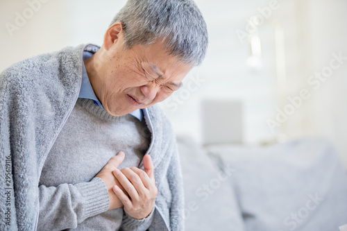 Fotografia asian elderly man feel chest pain