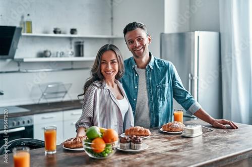 Fotomural  Family in kitchen