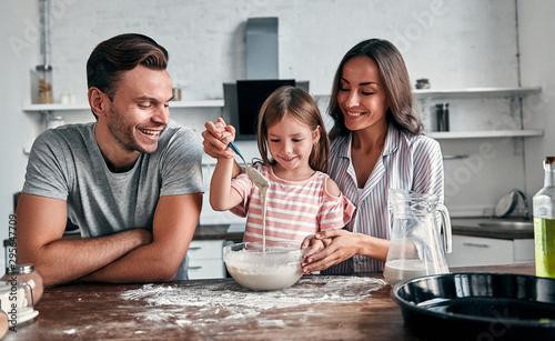 Pinturas sobre lienzo  Family in kitchen