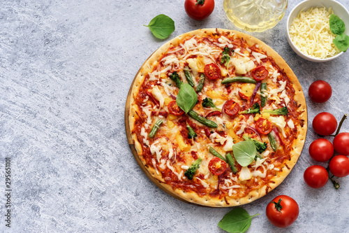 Photo sur Toile Pizzeria Fresh vegetarian pizza on light blue background