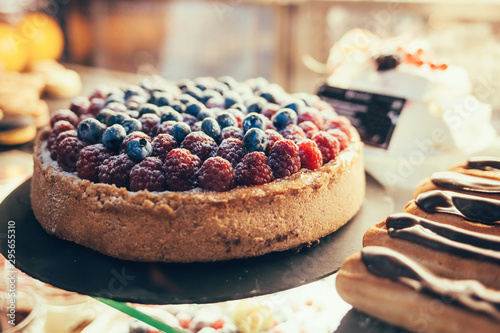 Photo delicious cake with berries in the shop window