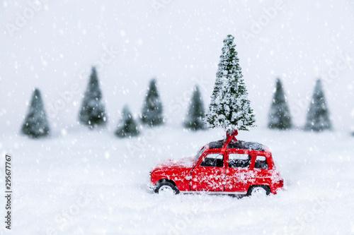 Auto Weihnachtsbaum Rotes Auto mit Weihnachtsbaum in einer Schneelandschaft (Modellbau