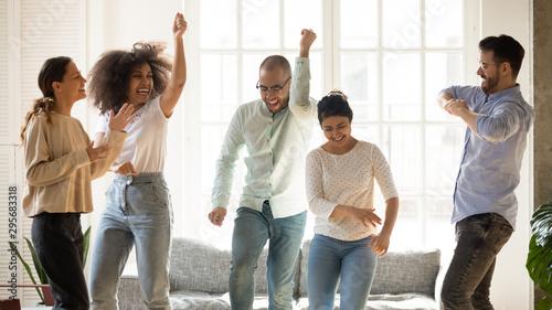 Fotografía  Happy diverse friends dancing at home party, having fun