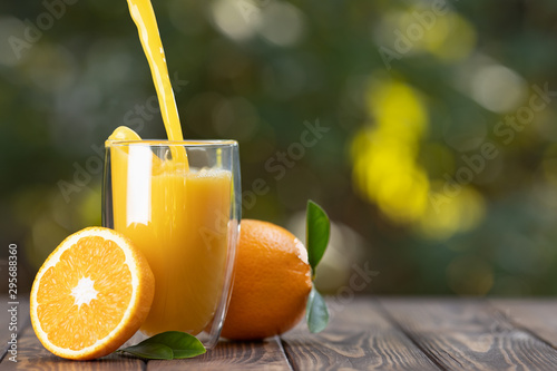 Foto auf Gartenposter Saft orange juice pouring in glass