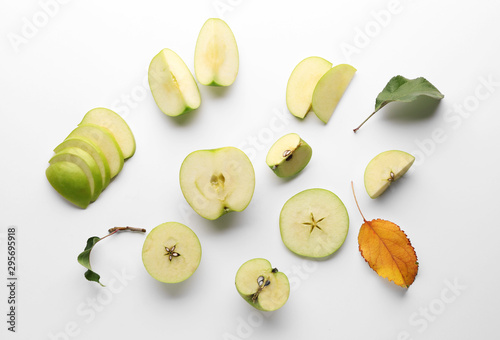 Fotomural  Fresh ripe apples on light background