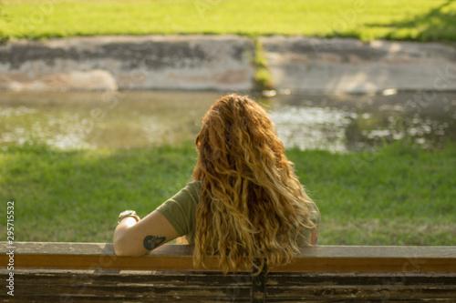 Mujer sentada en un banco Wallpaper Mural