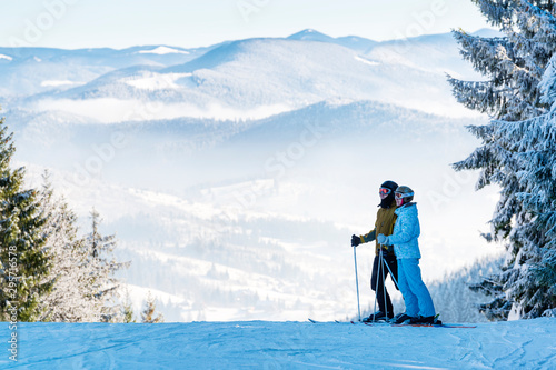 Fotografía  Couple of skiers on a morning ski slope