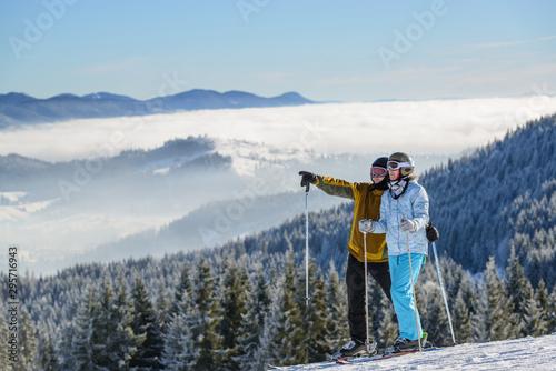 Fotografía happy couple of skiers