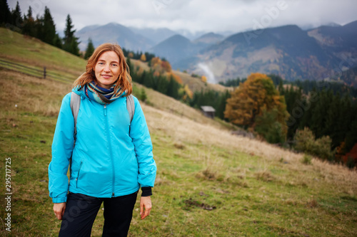 Photo Hiker woman in moumtains in autumn