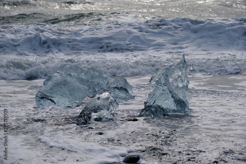 Foto op Aluminium Arctica Ice Floes and chunks wash up on pristine black sand beaches on the southern Iceland Coast from melting and calved glaciers