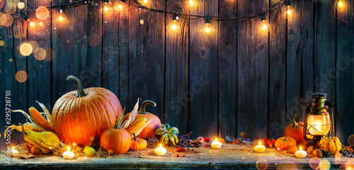 Poster Fleur Thanksgiving - Pumpkins On Rustic Table With Candles And String Lights