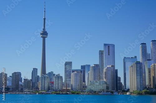 Tuinposter Toronto Toronto financial district skyline view from Ontario Lake