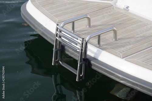 Fotomural  Badeleiter an einer Badeplattform einer Yacht
