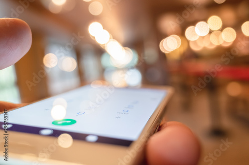 La pose en embrasure Macarons using cellphone to dial