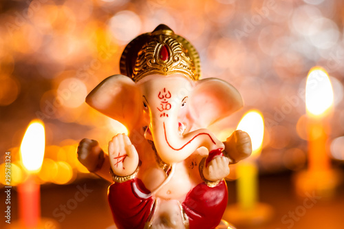 Photo  Winter festivals in India with Lord Ganesha statue and candles