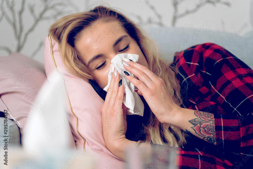 Fototapety, obrazy: Eine Frau liegt erkältet im Bett