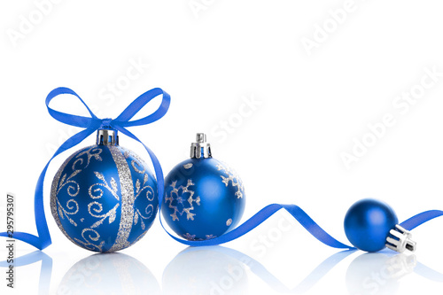 Fototapeta Red christmas ball and bow on white background. obraz