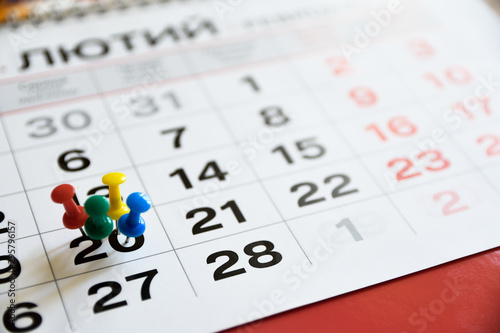 Pinturas sobre lienzo  Thumbtack in calendar concept for important date or busy day, appointment and meeting reminder