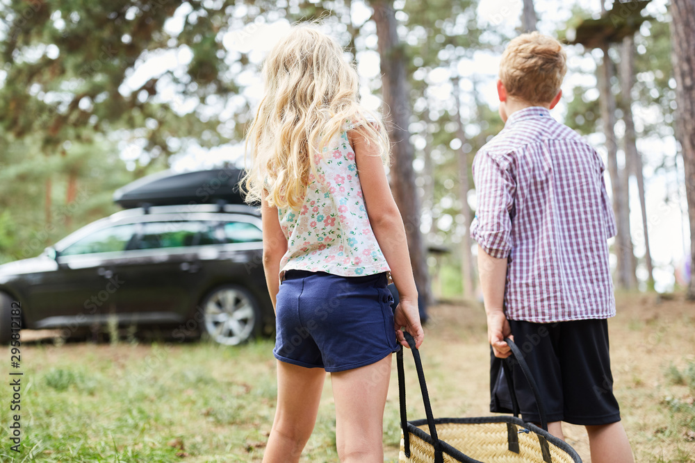Fototapety, obrazy: Siblings carry a bag to the car