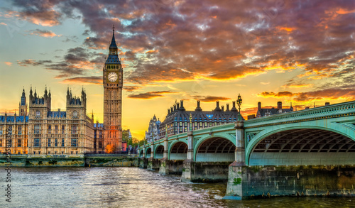 La pose en embrasure London Big Ben and Westminster Bridge in London at sunset - the United Kingdom