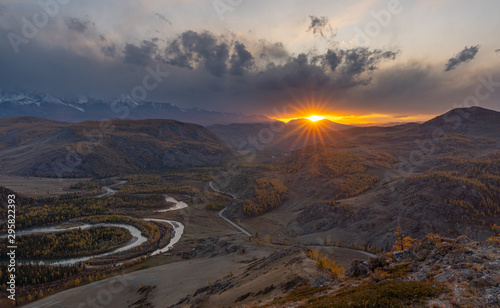 Photo Winding river on a background of mountains and autumn trees