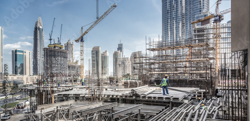 Fotomural  Laborers working on modern constraction site works in Dubai