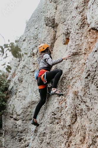 Papiers peints Alpinisme Kaya üzerinde spor tırmanış yapan dağcı kadın