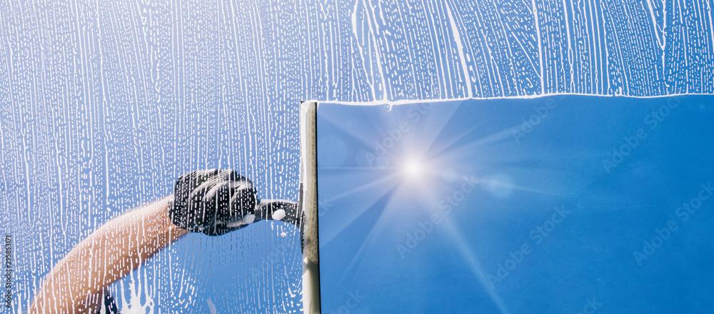 Fototapety, obrazy: Fensterputzer putzt Fenster mit Schaum und Abzieher Panorama