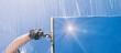 canvas print picture - Fensterputzer putzt Fenster mit Schaum und Abzieher Panorama