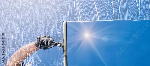 Leinwand Poster Fensterputzer putzt Fenster mit Schaum und Abzieher Panorama