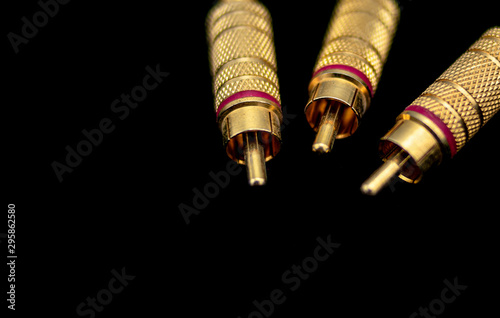 Fotografía  Three male metallic and gold rca type connectors in the foreground