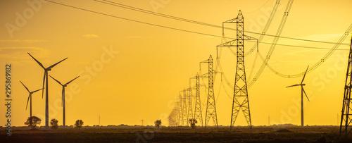 Fotografia, Obraz Un viento lejano con turbinas eólicas  en un entorno de puesta de sol poético, que sirve como una imagen perfecta para la energía verde sostenible renovable