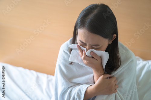Health concept, woman uses a blanket to cover her body to create warmth because she is ill with fever and runny nose Canvas-taulu