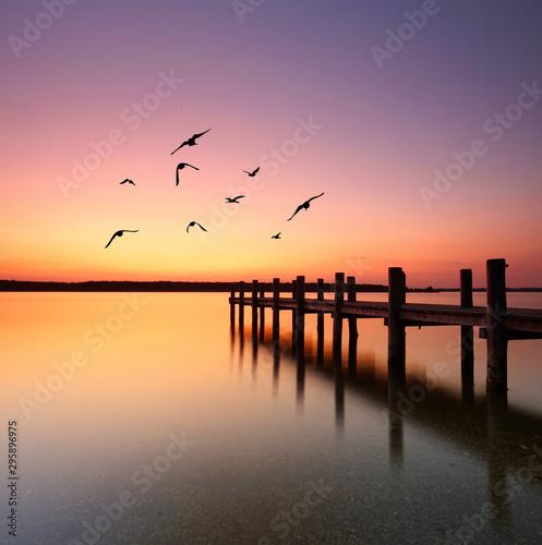 Fototapeta langer Steg am See am Morgen