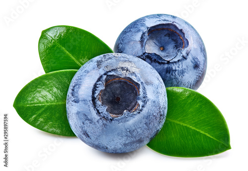 Fotomural Blueberries and leaves isolated on white